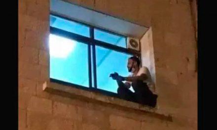 L'incroyable geste d'un Palestinien pour voir sa mère atteinte du Covid-19 une dernière fois