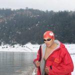 Le nageur Hassan Baraka traverse 1.600 mètres en eau glacée et bat son record personnel