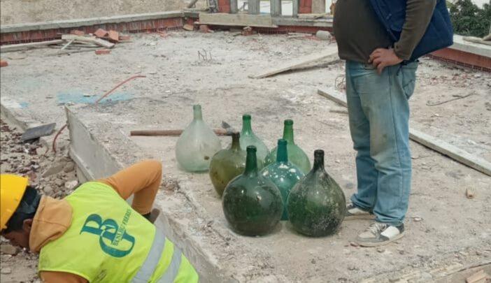 Bouteilles en verre trouvées à l'ancienne Medina de Tanger datant du 14ème siècle