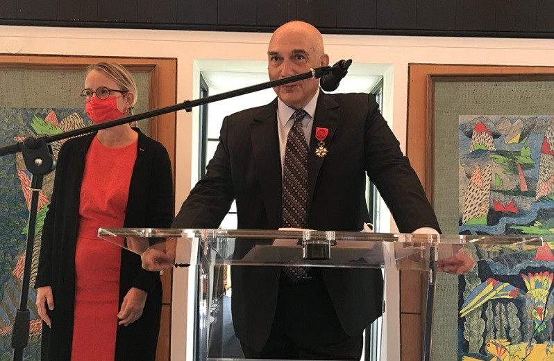 Mostafa Terrab reçoit les insignes d'Officier de la Légion d'Honneur de la France