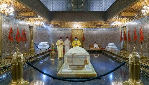 le Roi, Amir Al Mouminine, se recueille sur la tombe de Feu SM le Roi Mohammed V
