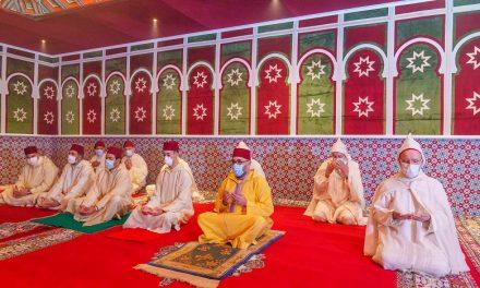 Le Roi Mohammed VI a accompli la prière de Aid Al-Fitr