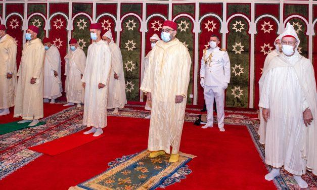 le Roi Mohammed VI accomplit la prière de l'Aïd Al-Adha et procède au rituel du sacrifice