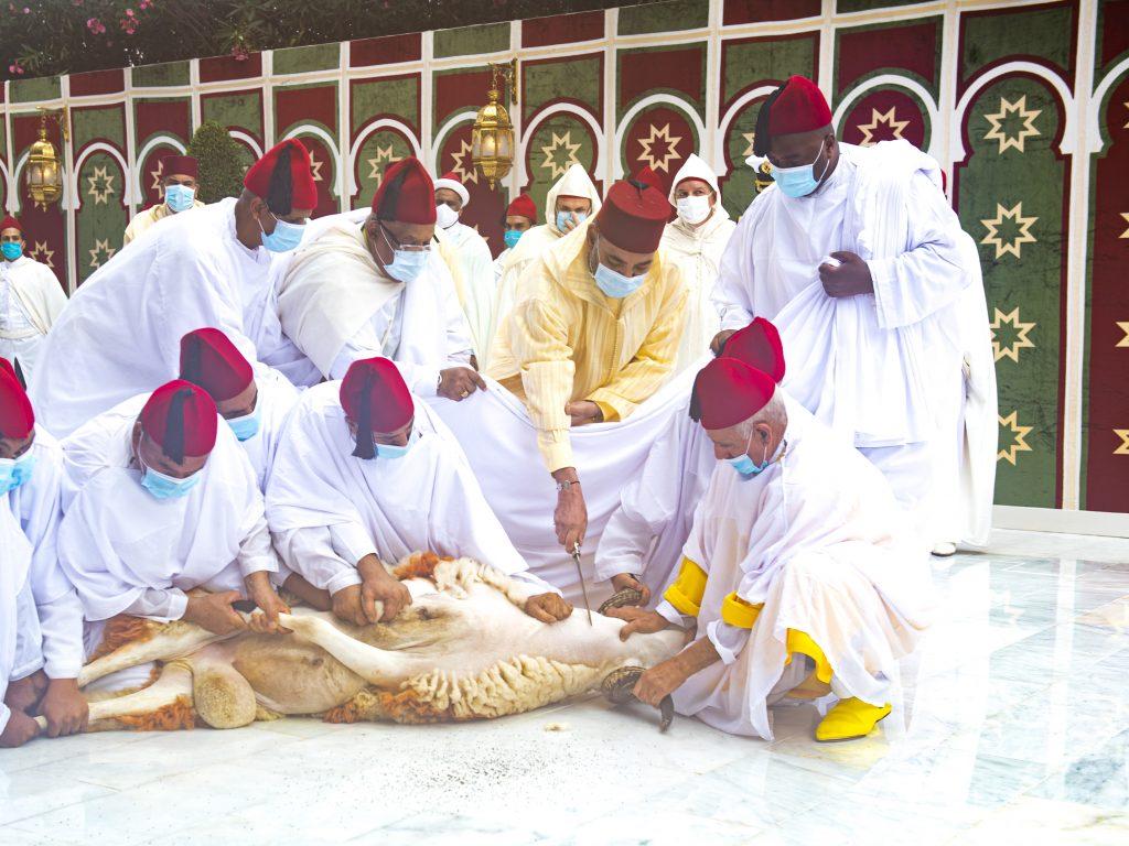 le Roi Mohammed VI accomplit la prière de l'Aïd Al-Adha et procède au rituel du sacrifice 1