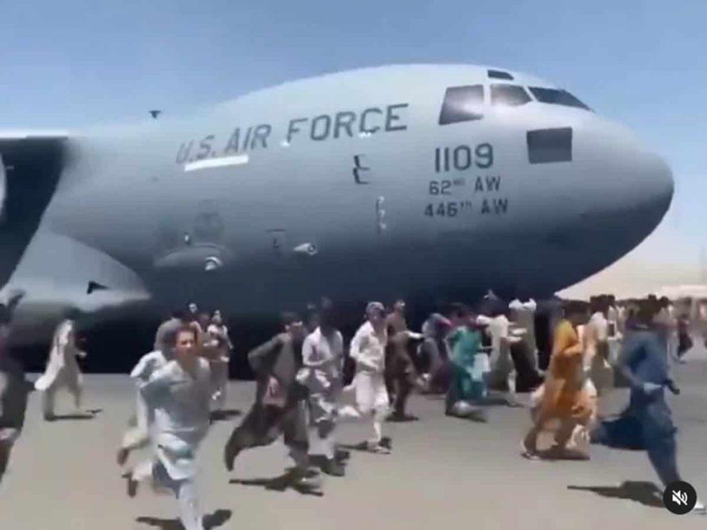 Afghanistan: scènes de chaos à l'aéroport de Kaboul, des milliers d'Afghans veulent fuir 1