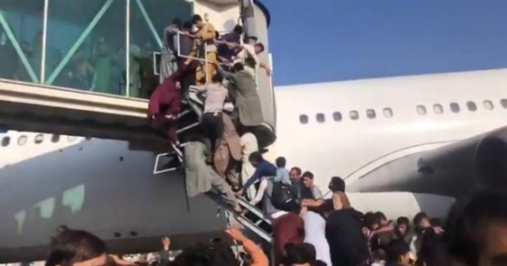 Afghanistan: scènes de chaos à l'aéroport de Kaboul, des milliers d'Afghans veulent fuir